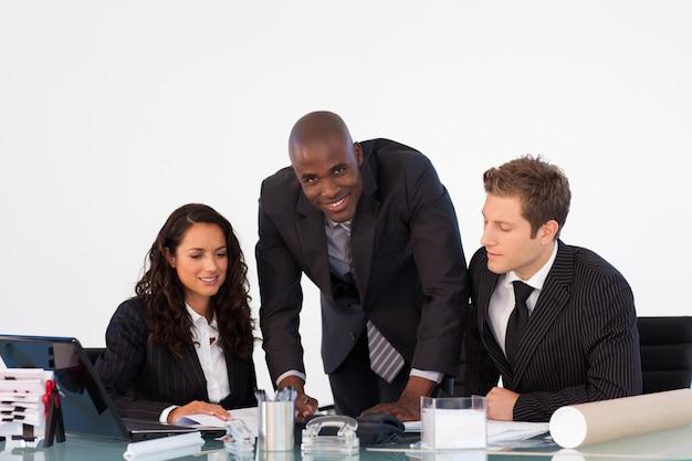 Businessteam, das einen neuen plan bespricht