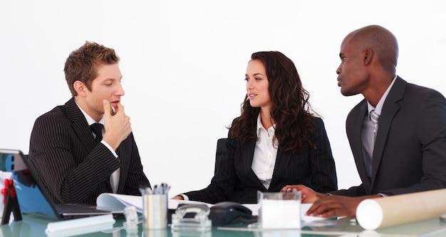 Businessteam, das über einen neuen plan sich unterhält