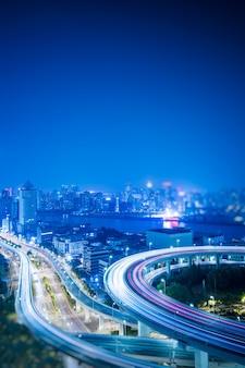 Busy autobahn ampel spuren in der nacht