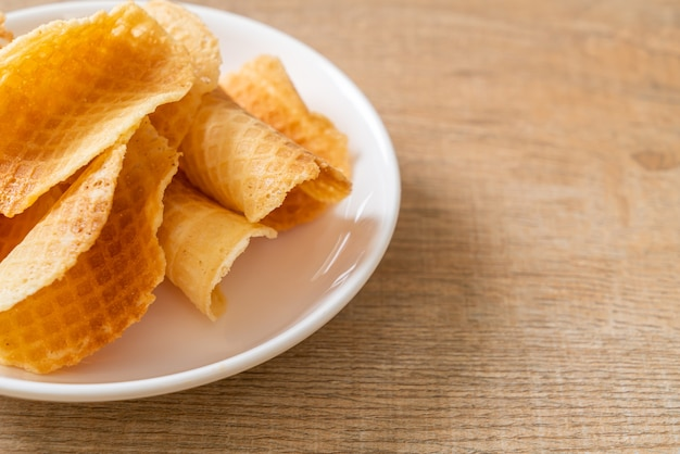 Butter und milch knusprige waffel auf teller