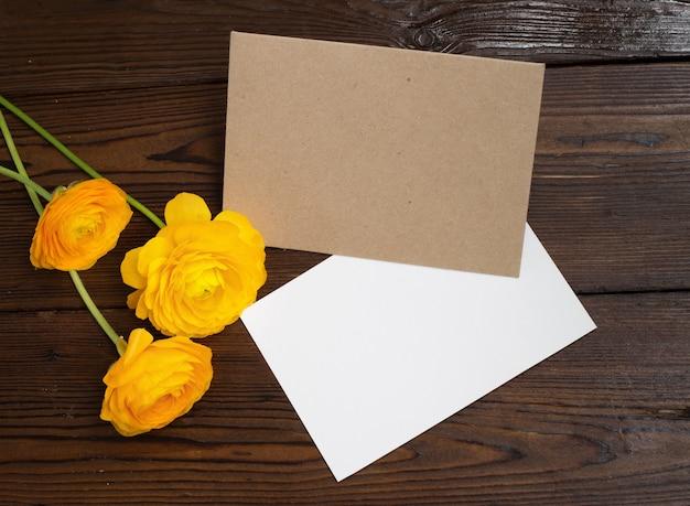 Butterblume blumen und weißes papier.