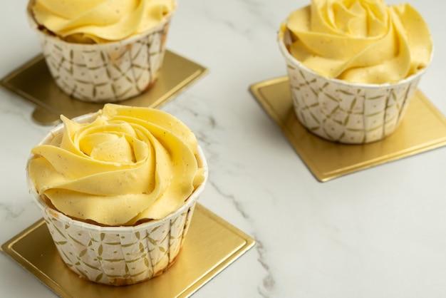 Buttercreme-vanille-tassenkuchen mit rosette