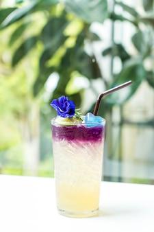 Butterfly pea juice mit honig und limette