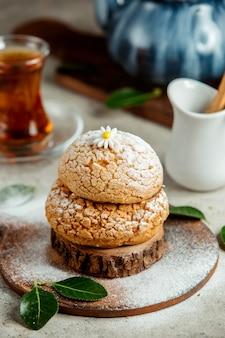 Butterkekse mit zuckerpulver bestreuen