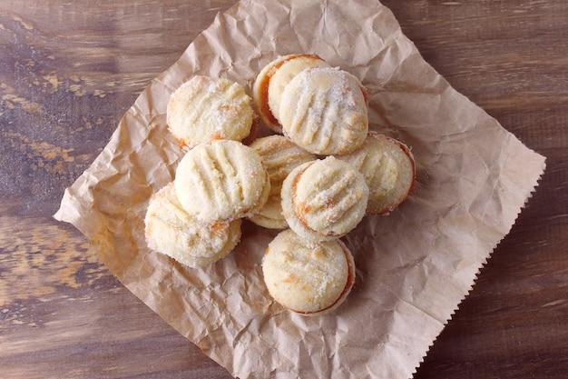 Butterkekse zusammen mit einem guavengelee, traditionell in brasilien, wo sie als goiabinha bekannt sind