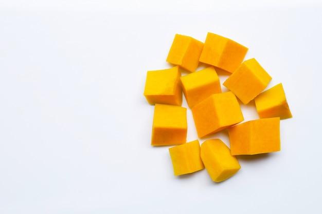 Butternusskürbis in weiß schneiden und in scheiben schneiden
