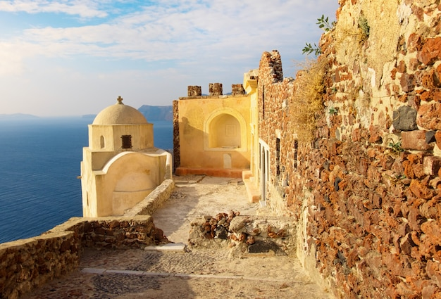 Byzantinische burgruine im dorf oia, santorini, griechenland