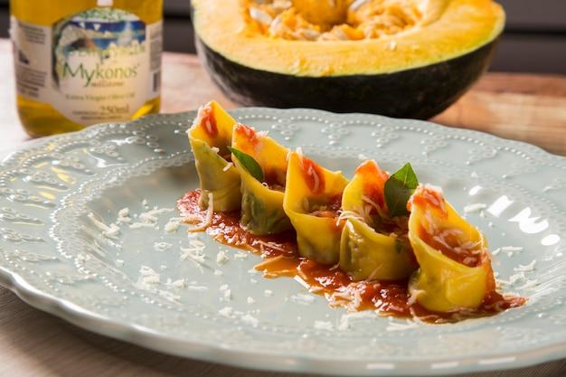 Cabopea kürbis capeletti mit getrocknetem fleisch