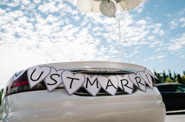 Cabrio, cabriolet retro auto mit luftballons und text gerade verheiratet