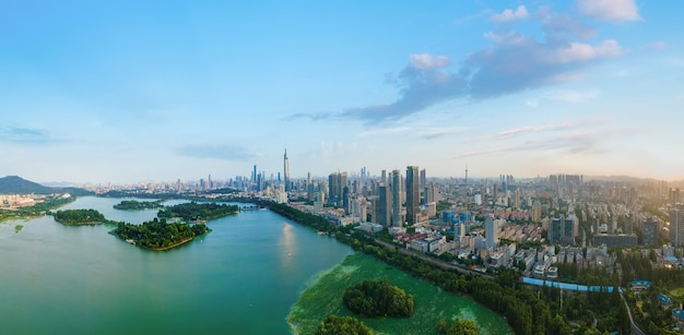 Caerial fotografie der skyline der stadtarchitektur des nanjing xuanwu lake