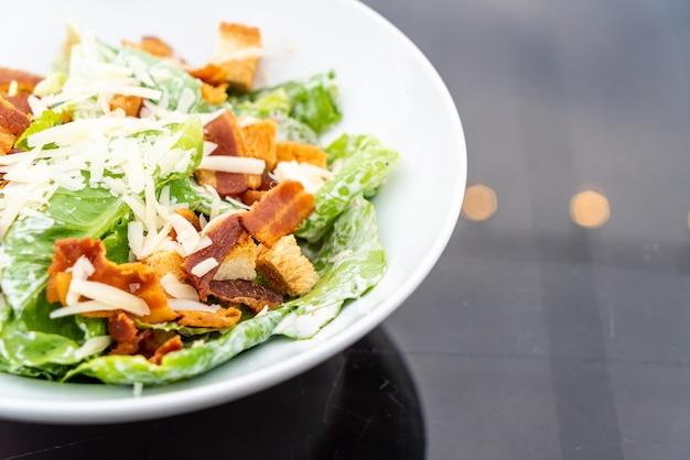 Caesar salad auf weißer platte