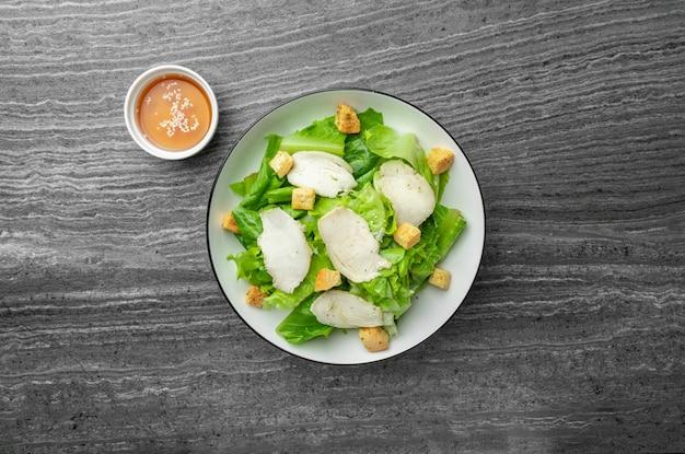 Caesar salad grünes gemüse und hähnchenbrust mit schwarzem pfeffer mit sesamöl für gesundheitsliebhaber