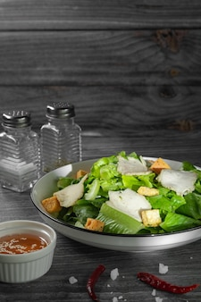 Caesar salad grünes gemüse und hähnchenbrust mit schwarzem pfeffer mit sesamölsauce für gesundheitsliebhaber