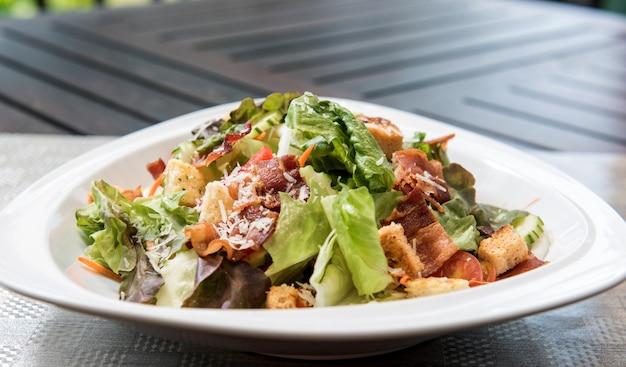 Caesar-salat auf dem tisch - gesunde ernährung stil