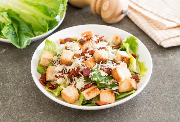 Caesar salat auf dem tisch