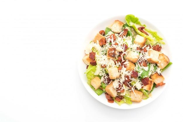 Caesar-salat auf weißem hintergrund