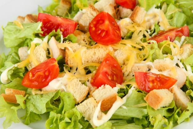 Caesar salat auf weißem teller, nahaufnahme