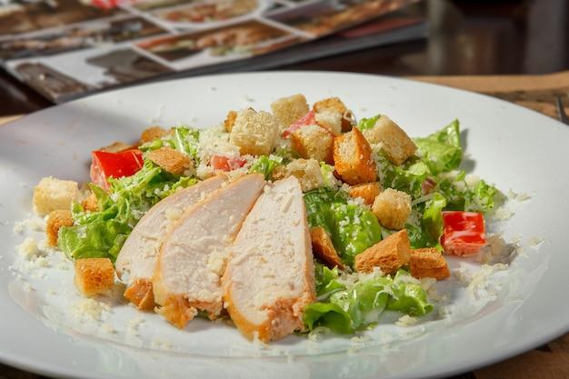 Caesar-salat im innenraum