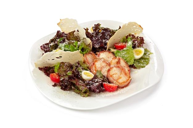 Caesar salat in platte isoliert