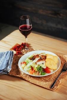 Caesar-salat mit croutons, wachteleiern, kirschtomaten