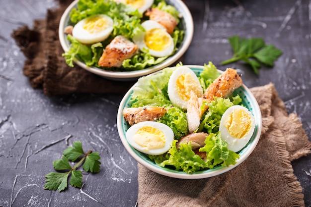 Caesar-salat mit eiern, hühnchen und parmesan