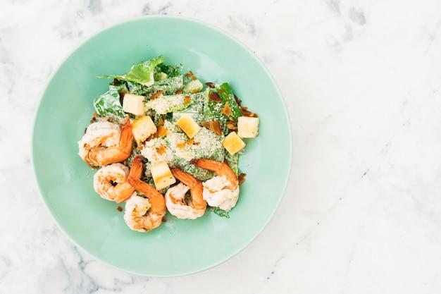 Caesar salat mit garnelen oder garnelen