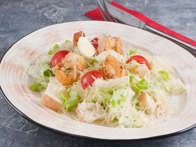 Caesar salat mit garnelen parmesan und wachtelei