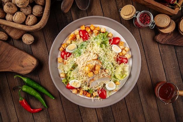 Caesar-salat mit garnelen und croutons