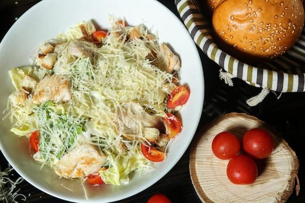 Caesar salat mit gebratenem huhn und beilagenbrot