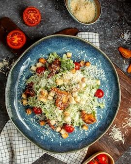 Caesar salat mit gebratenem huhn und crackern
