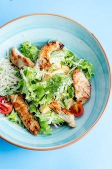 Caesar-salat mit gebratenem huhn