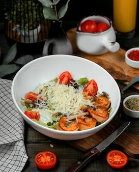 Caesar-salat mit gebratenen garnelen und tomaten