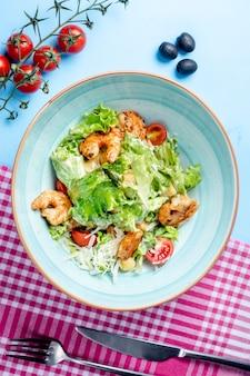 Caesar-salat mit gebratenen garnelen