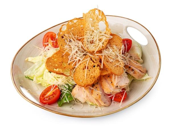 Caesar-salat mit gegrilltem hähnchen auf weißem holzhintergrund