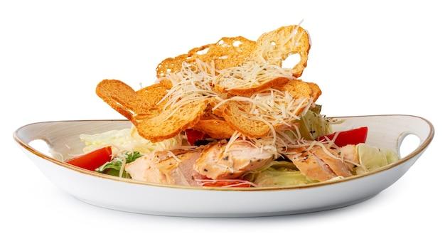 Caesar-salat mit gegrilltem hähnchen auf weißer holzoberfläche