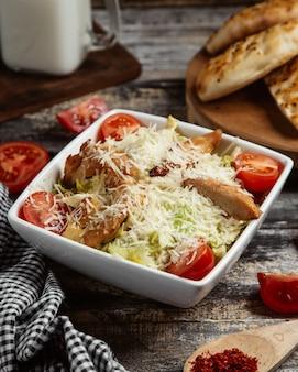 Caesar salat mit gegrilltem hähnchen