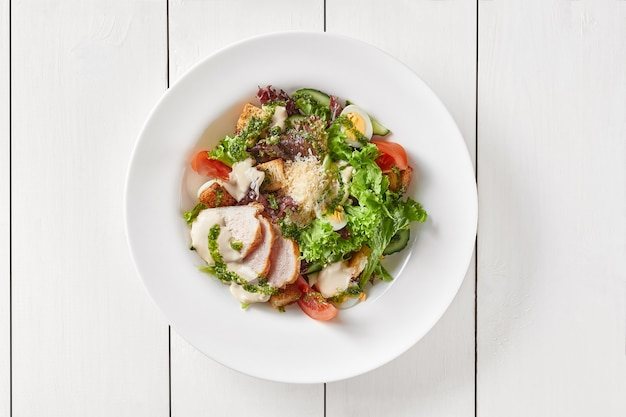 Caesar-salat mit gemüse-eiercro crtons hühnchen und parmesankäse