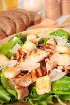 Caesar-salat mit hähnchen und grünem salat
