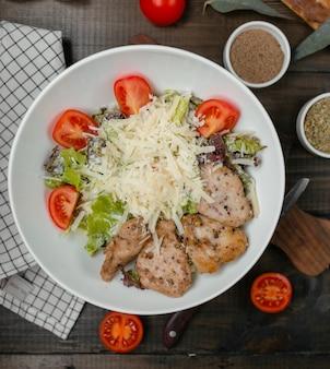 Caesar salat mit hähnchenfilet