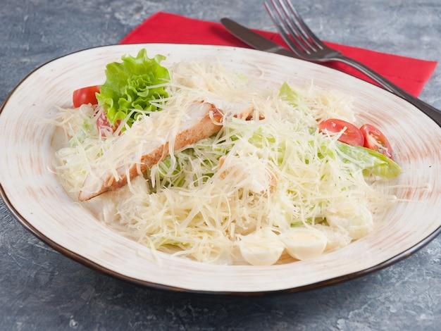 Caesar salat mit hühnerbrust, parmesan und wachtelei