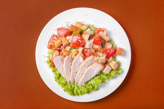 Caesar salat mit huhn für das menü