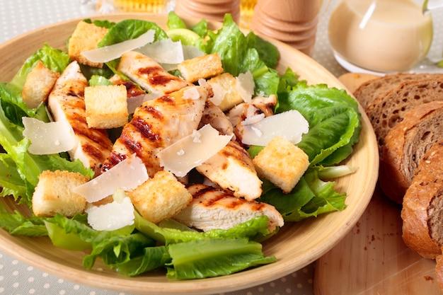 Caesar-salat mit huhn griddled
