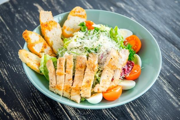 Caesar salat mit lachs und frischem gemüse. draufsicht.
