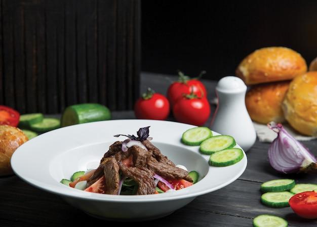 Caesar-salat mit rindfleisch und gemüse