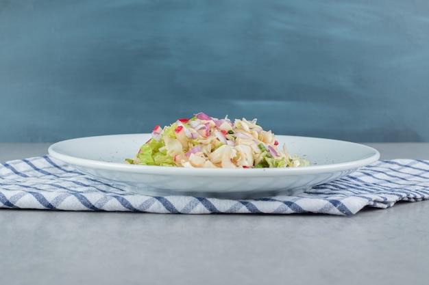 Caesar-salat mit salat und hähnchenfilet