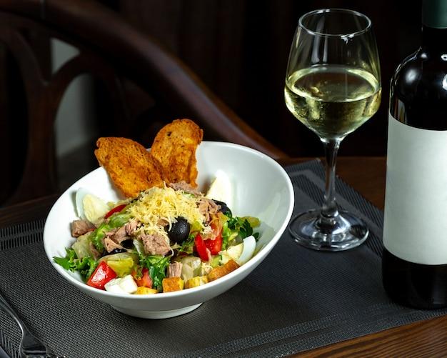 Caesar salat mit thunfisch und weißwein
