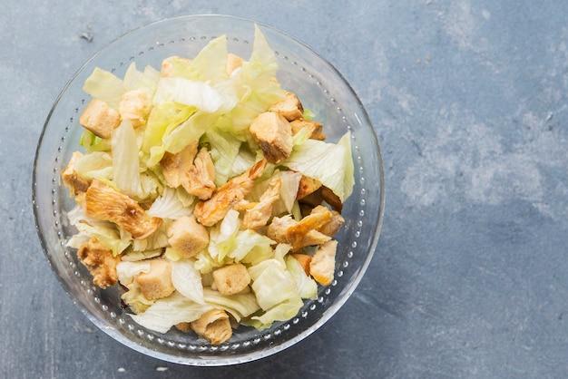 Caesar salat mit toast, salat und gegrillter hähnchenbrust