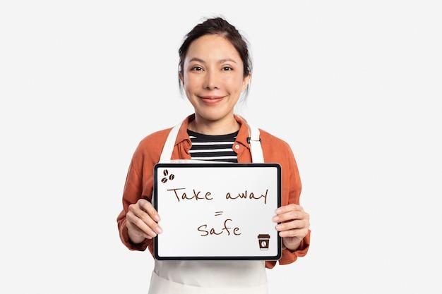 Café-arbeiter, der tablet mit text zum mitnehmen hält