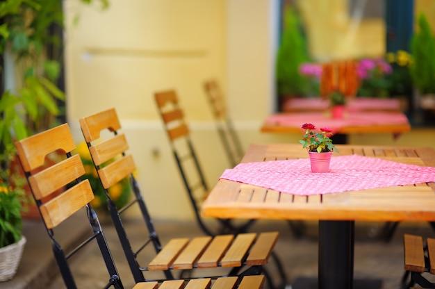 Café des sommers draußen in der europäischen stadt