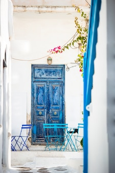 Café im freien auf einer straße des typischen griechischen traditionellen dorfs in griechenland.